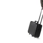 uomo trasporta una valigia