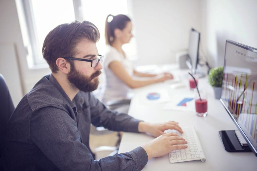 operatori per la bonifica ambientale al lavoro in ufficio
