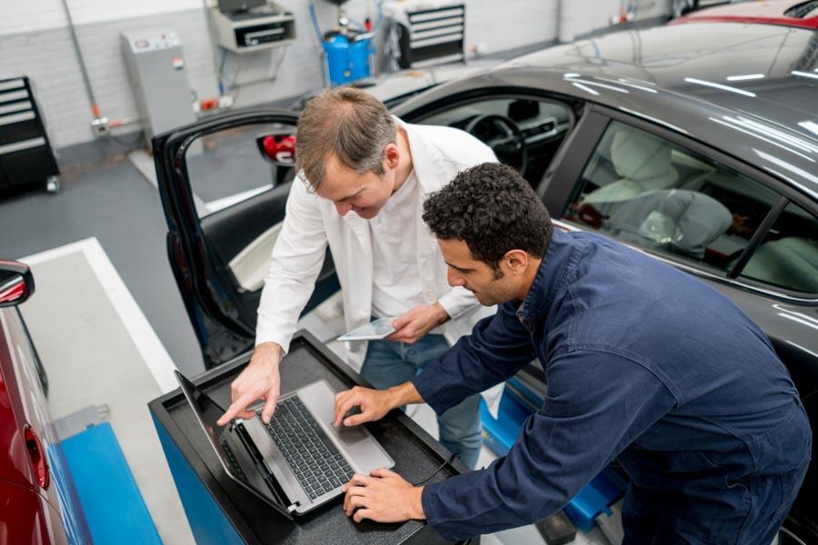 tecnici della bonifica ambientale in automobile al computer